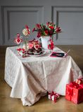 Ένας πίνακας που διακοσμείται στην ημέρα βαλεντίνων ` s με τα κέικ, τα λουλούδια και τις καρδιές σοκολάτας Στοκ Φωτογραφία