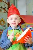 Ένας παίζοντας αρχιμάγειρας μικρών παιδιών Στοκ Εικόνα