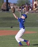 Ένας παίχτης του μπέιζμπολ νεολαίας πιάνει τη σφαίρα Στοκ φωτογραφία με δικαίωμα ελεύθερης χρήσης