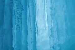 Ένας παγωμένος καταρράκτης με τον πάγο σε ένα μπλε και άσπρο χρώμα το χειμώνα Στοκ φωτογραφία με δικαίωμα ελεύθερης χρήσης