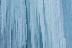 Ένας παγωμένος καταρράκτης με τον πάγο σε ένα μπλε και άσπρο χρώμα το χειμώνα Στοκ Εικόνες