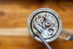 Ένας παγωμένος καφές espresso στο γυαλί ψηλός-μορφής με το καφετί πλαστικό s στοκ εικόνες με δικαίωμα ελεύθερης χρήσης