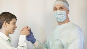 Ένας παιδίατρος εξετάζει έναν έφηβο, ρωτά τι τον βλάπτει και του δίνει ένα χάπι φιλμ μικρού μήκους
