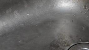 Ένας παλαιός νεροχύτης που διαρροές και σταλαγματιές φιλμ μικρού μήκους