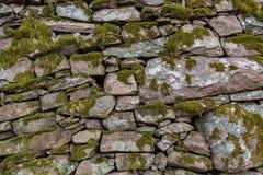 Ένας παλαιός προκαλούμενος από τον άνθρωπο τοίχος πετρών με το βρύο σε το στοκ φωτογραφία