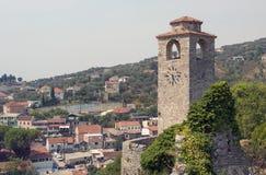 Ένας παλαιός πύργος ρολογιών σε ένα αρχαίο φρούριο στοκ εικόνες με δικαίωμα ελεύθερης χρήσης