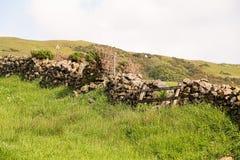 Ένας παλαιός τοίχος του ξηρού Stone επάνω από την πόλη Largs στη Σκωτία στοκ εικόνα