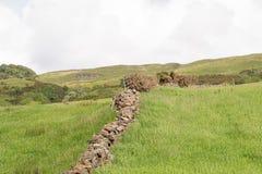 Ένας παλαιός τοίχος του ξηρού Stone επάνω από την πόλη Largs στη Σκωτία στοκ εικόνες