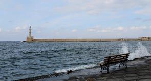 Ένας παλαιός φάρος πετρών στο κυματιστό νερό στοκ εικόνες