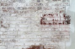 Ένας παλαιός χρωματισμένος τουβλότοιχος Άσπρες σμίλευση και αποφλοίωση χρωμάτων Στοκ Φωτογραφίες