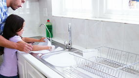 Ένας πατέρας διδάσκει την κόρη του για να πλύνει τα πιάτα φιλμ μικρού μήκους