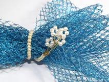 Ένας παφλασμός της μπλε δαντέλλας που τυλίγεται από τα μαργαριτάρια στοκ εικόνες με δικαίωμα ελεύθερης χρήσης