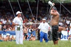 Ένας παλαιστής δροσίζει κάτω μετά από να ανταγωνιστεί στο τουρκικό φεστιβάλ πάλης πετρελαίου Kirkpinar στη Αδριανούπολη στην Τουρ Στοκ Φωτογραφίες