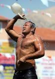 Ένας παλαιστής δροσίζει κάτω μετά από να ανταγωνιστεί στο τουρκικό φεστιβάλ πάλης πετρελαίου Elmali σε Elmali στην Τουρκία Στοκ Φωτογραφία