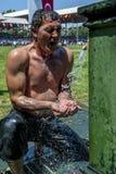 Ένας παλαιστής δροσίζει μακριά κάτω από τις πηγές νερού μετά από να ανταγωνιστεί στους καυτούς όρους στο τουρκικό φεστιβάλ ι πάλη Στοκ εικόνα με δικαίωμα ελεύθερης χρήσης