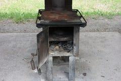 Ένας παλαιός, λειτουργικός ξύλινος-ταϊσμένος φούρνος στοκ εικόνα