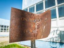 Ένας παλαιός, οξυδωμένος και καμμμένος σημάδι Στοκ Εικόνες