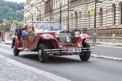 Ένας παλαιός τρύγος που φαίνεται κόκκινο αυτοκίνητο στις οδούς της Ευρώπης στοκ φωτογραφίες