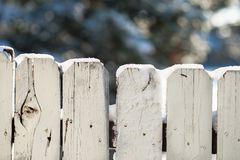 Ένας παλαιός φράκτης που καλύπτεται από το φρέσκο χιόνι Στοκ Εικόνα