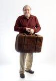 Ένας παλαιότερος κύριος που φορούν khakis και ένα πουλόβερ που κρατά ένα antiq Στοκ Φωτογραφία