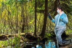 ένας πεπειραμένος ερευνητής μελετά τις ιδιότητες του νερού στοκ φωτογραφία
