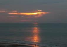 Ένας περίπατος στο φως ηλιοβασιλέματος στην ακτή της θάλασσας Στοκ Φωτογραφίες