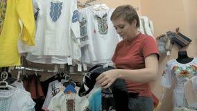 Ένας πελάτης που προσπαθεί να βρεί την τέλεια μπλούζα στο κατάστημα φιλμ μικρού μήκους