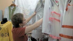 Ένας πελάτης ψάχνει για το σωστό μέγεθος υφασμάτων απόθεμα βίντεο