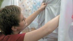Ένας πελάτης ψάχνει για το σωστό μέγεθος υφασμάτων φιλμ μικρού μήκους
