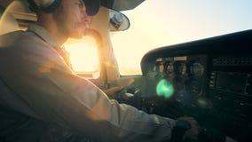Ένας πιλότος στο πιλοτήριο ενός αεροπλάνου, κλείνει επάνω φιλμ μικρού μήκους