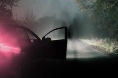 Ένας πνευματικός αριθμός δίπλα σε ένα αυτοκίνητο σε έναν απόκοσμο ομιχλώδη δρόμο στον κολπίσκο στοκ εικόνες