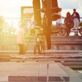 Ένας ποδηλάτης πηδά πέρα από έναν σωλήνα σε ένα ποδήλατο BMX Πολλοί άνθρωποι με Στοκ Φωτογραφίες