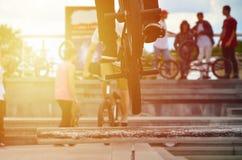 Ένας ποδηλάτης πηδά πέρα από έναν σωλήνα σε ένα ποδήλατο BMX Πολλοί άνθρωποι με Στοκ φωτογραφίες με δικαίωμα ελεύθερης χρήσης