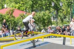 Ένας ποδηλάτης που οδηγά σε ένα ποδήλατο BMX στο skatepark στοκ εικόνες