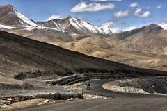 Ένας ποδηλάτης σε ένα ταξίδι περιπέτειας σε έναν δρόμο βαθιά μέσα στην κοιλάδα Ladakh, Ινδία Στοκ φωτογραφία με δικαίωμα ελεύθερης χρήσης
