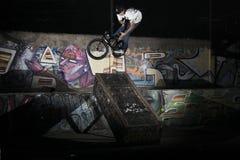Ένας ποδηλάτης barspin στην ταπετσαρία κιβωτίων στοκ εικόνες