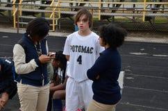 Ένας ποδοσφαιριστής γυμνασίου παίρνει εξετασμένος από έναν δημοσιογράφο για τη σχολική εφημερίδα στοκ εικόνα με δικαίωμα ελεύθερης χρήσης
