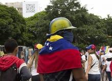 Ένας πολεμιστής ενάντια στην κυβέρνηση του Nicolas Maduro έτοιμη να διαμαρτυρηθεί τη φθορά της αντι μάσκας δακρυγόνου και της της Στοκ εικόνες με δικαίωμα ελεύθερης χρήσης