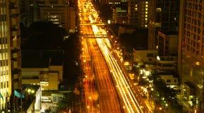 Ένας πολυάσχολος δρόμος τη νύχτα στη Μπανγκόκ Στοκ φωτογραφία με δικαίωμα ελεύθερης χρήσης