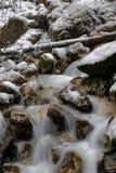 Ένας ποταμός διατρέχει του βράχου Στοκ Φωτογραφία