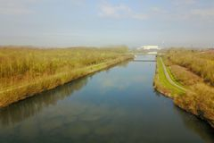 Ένας ποταμός που διασχίζει τη γαλλική επαρχία Στοκ φωτογραφία με δικαίωμα ελεύθερης χρήσης