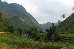 Ένας ποταμός που περνά ρίχνει μια κοιλάδα, βόρειο Βιετνάμ, εκτάριο Giang Στοκ φωτογραφία με δικαίωμα ελεύθερης χρήσης