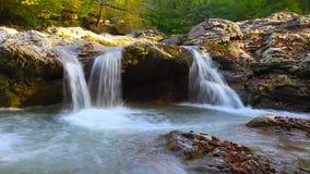 Ένας ποταμός ρέει πέρα από τους βράχους σε αυτήν την όμορφη σκηνή στα βουνά το φθινόπωρο cinemagraph απόθεμα βίντεο