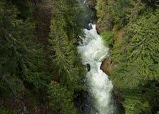Ένας ποταμός τρέχει μέσω του Στοκ Εικόνες
