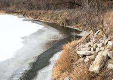 Ένας ποταμός τρέχει μέσω του Στοκ φωτογραφία με δικαίωμα ελεύθερης χρήσης