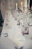 Ένας πολύ ωραία διακοσμημένος γαμήλιος πίνακας με τα πιάτα και serviettes Στοκ φωτογραφίες με δικαίωμα ελεύθερης χρήσης