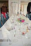 Ένας πολύ ωραία διακοσμημένος γαμήλιος πίνακας με τα πιάτα και serviettes Στοκ εικόνες με δικαίωμα ελεύθερης χρήσης