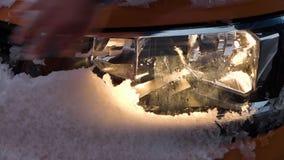 Ένας προβολέας αυτοκινήτων ` s με το χιόνι απόθεμα βίντεο