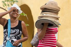 Ένας προμηθευτής καπέλων και ένας πελάτης σε Λα Puerta del Reloj στην Καρχηδόνα Στοκ Φωτογραφία