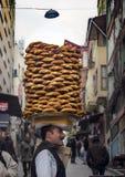 Ένας προμηθευτής πωλεί simit, ένας τύπος τουρκικού ψωμιού, στις οδούς Στοκ Εικόνα